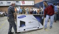 TV shoppers queue Caracas